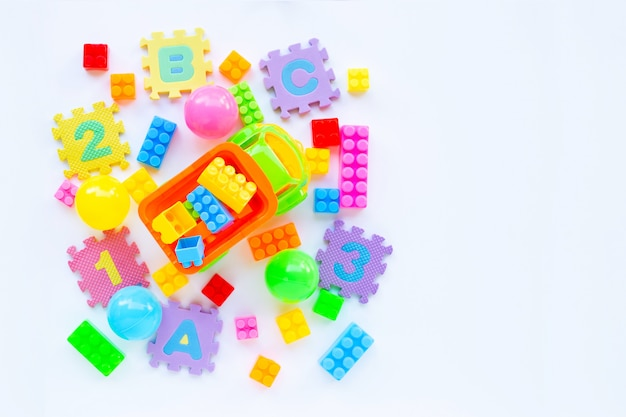 Brinquedos coloridos das crianças no branco.