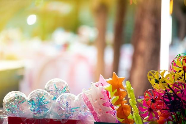 Brinquedos coloridos no quiosque noturno do festival
