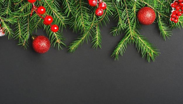 Brinquedos da árvore de ano novo e fundo de vista superior das bagas do azevinho ilex.