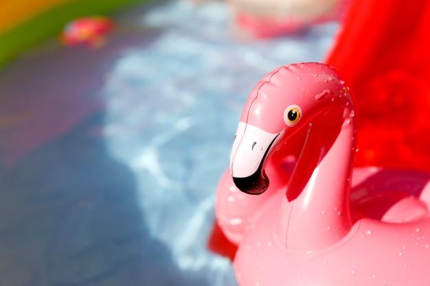 Brinquedos de água na piscina no dia quente de verão