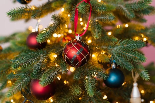 Brinquedos de árvore de natal de vermelho e azul com luzes