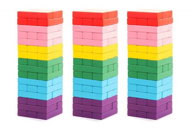Brinquedos de blocos de madeira coloridos empilhados em fundo branco