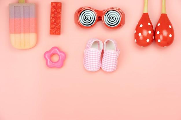 Brinquedos de criança de decoração de vista de mesa para o conceito de desenvolvimento.