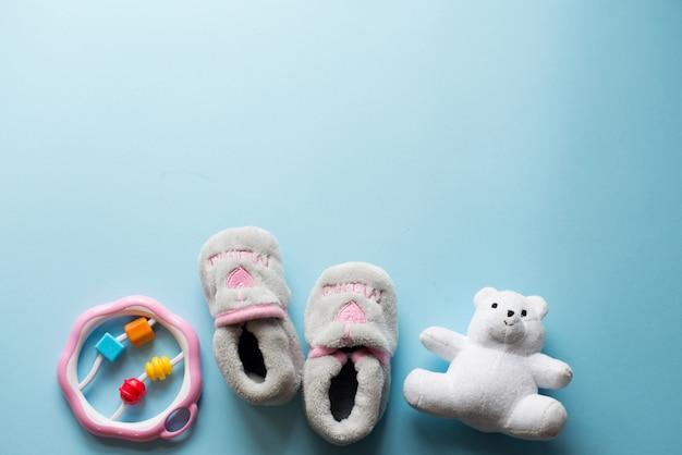 Brinquedos de criança em azul. plano de bebê leigos com espaço de cópia