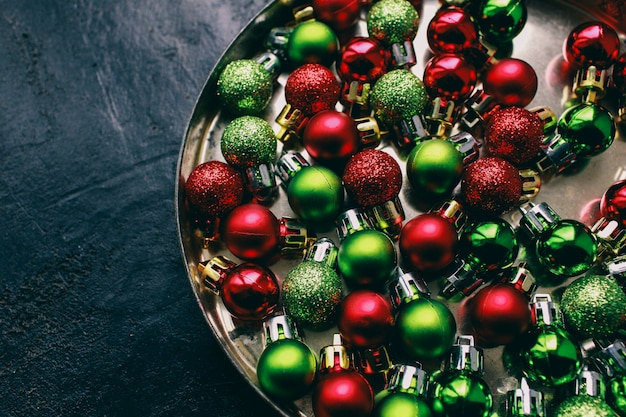 Brinquedos de decoração de ano novo, sobre um fundo claro. preparação para as férias de natal