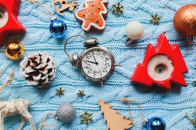 Brinquedos de decoração de natal. vista do topo. preparação para férias de inverno