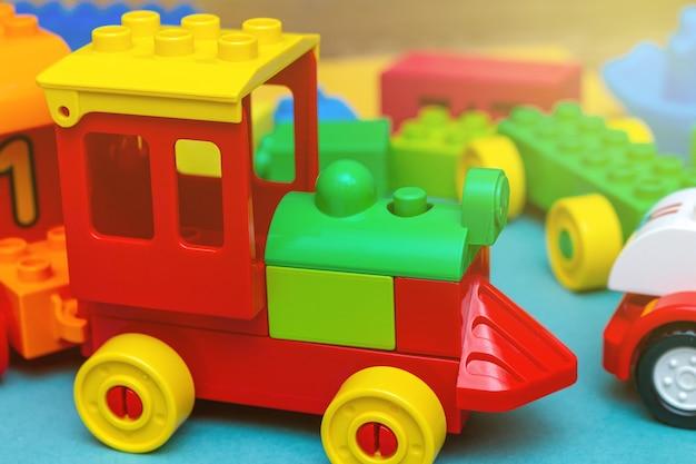 Brinquedos de educação de crianças coloridas. trem do construtor de perto