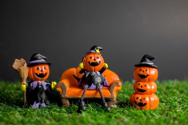 Brinquedos de halloween na grama.
