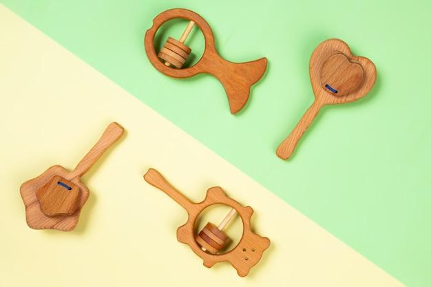 Brinquedos de madeira, chocalhos em forma de coração, peixe, estrelas, urso.