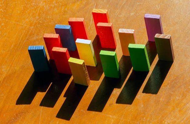 Brinquedos de madeira coloridos, brinquedos de lógica educacional para crianças com suas sombras