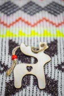 Brinquedos de madeira de natal sobre o suéter closeup