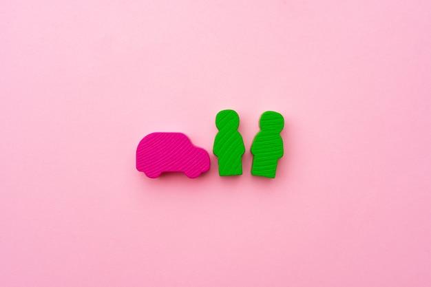Brinquedos de madeira de pessoas e carros rosa