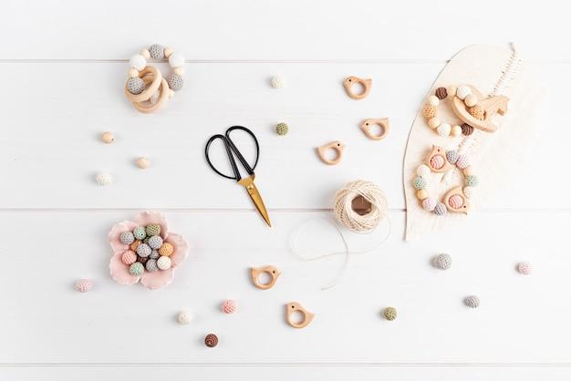Brinquedos de madeira ecológicos para crianças. faça você mesmo, hobby, ideia para um pequeno negócio. mordedores sustentáveis e sensoriais para bebês e crianças pequenas. vista superior, configuração plana