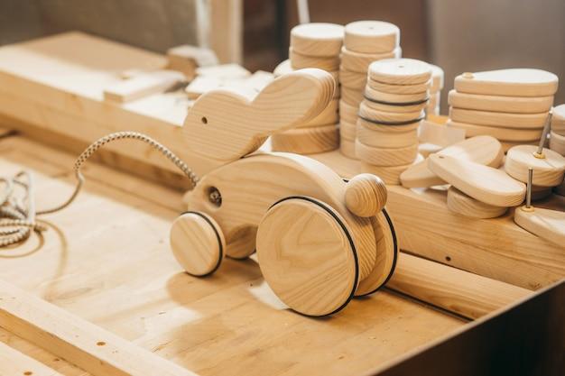 Brinquedos de madeira feitos à mão em oficina