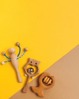 Brinquedos de madeira para crianças, chocalhos e mordedores. copie o espaço.