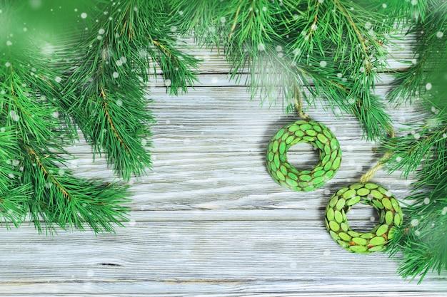Brinquedos de madeira redondos nos galhos da árvore de natal