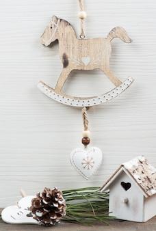 Brinquedos de madeira vintage de natal, cavalo de balanço