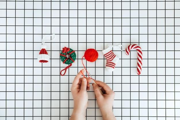 Brinquedos de malha de natal feitos à mão diy crochê chapéu pirulito donut e meia e mão feminina com crochê