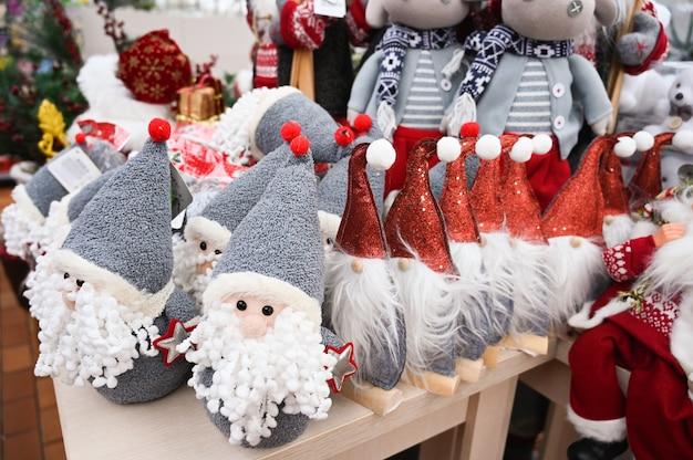 Brinquedos de natal de pelúcia na prateleira da loja. foto de alta qualidade