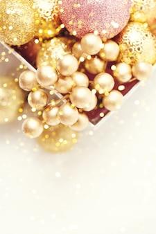 Brinquedos de natal dourados sobre um fundo claro.