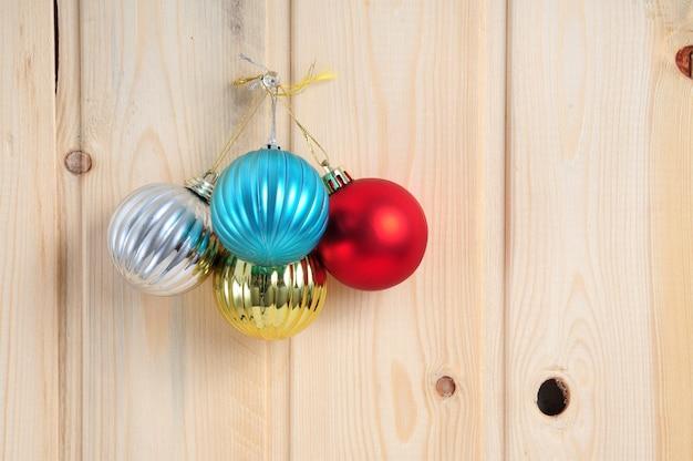 Brinquedos de natal e ano novo em um fundo de parede de madeira