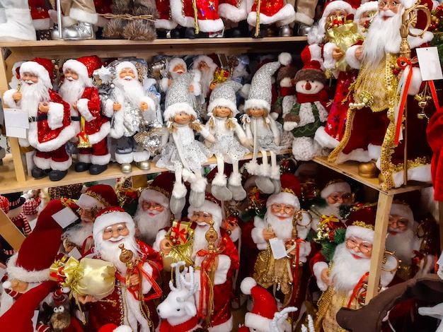 Brinquedos de natal e ano novo em uma prateleira em uma loja. comércio festivo de inverno no natal