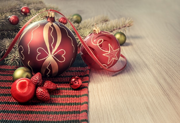 Brinquedos de natal e decorações na mesa de madeira, espaço de texto