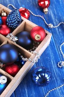 Brinquedos de natal em caixa com close-up de mesa de madeira