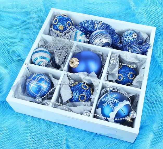 Brinquedos de natal em caixa de madeira com fundo brilhante