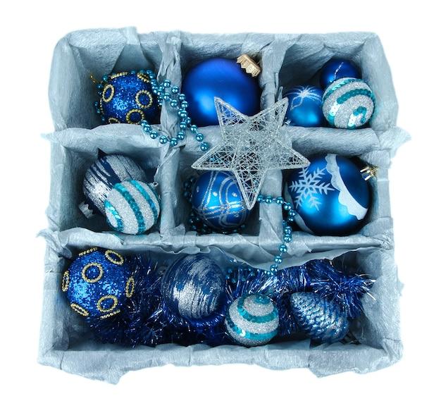 Brinquedos de natal em caixa de madeira isolados no branco