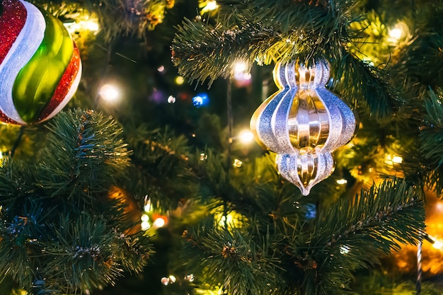 Brinquedos de natal em close-up da árvore de natal