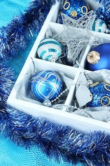 Brinquedos de natal em close-up de caixa de madeira