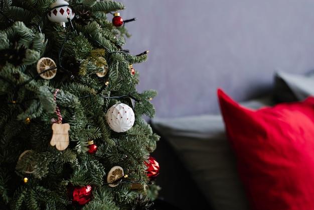 Brinquedos de natal em close-up de uma árvore de natal