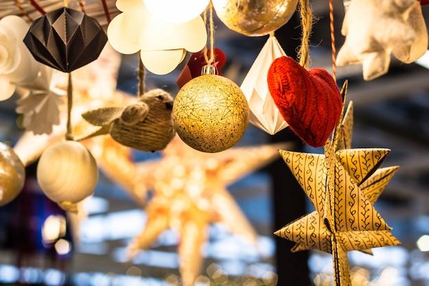 Brinquedos de natal em forma de coração, bolas, estrelas de flores