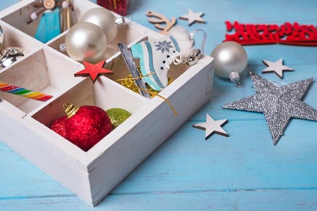 Brinquedos de natal em uma caixa de madeira.