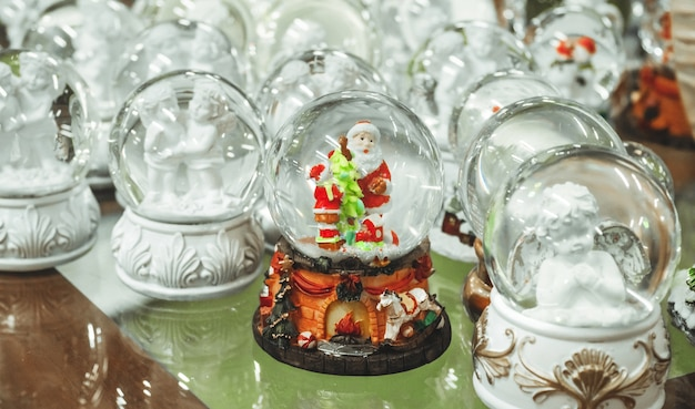 Brinquedos de natal em vidro, lembranças, bolas de neve