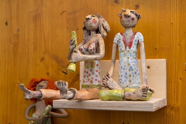Brinquedos de natal feitos à mão em close-up do mercado de natal.