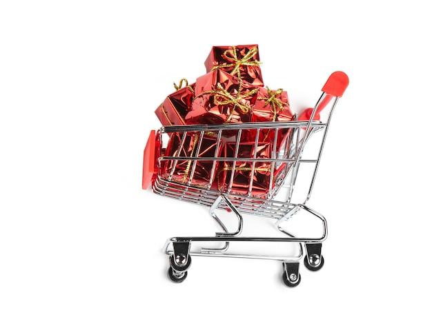 Brinquedos de natal na cesta do comprador