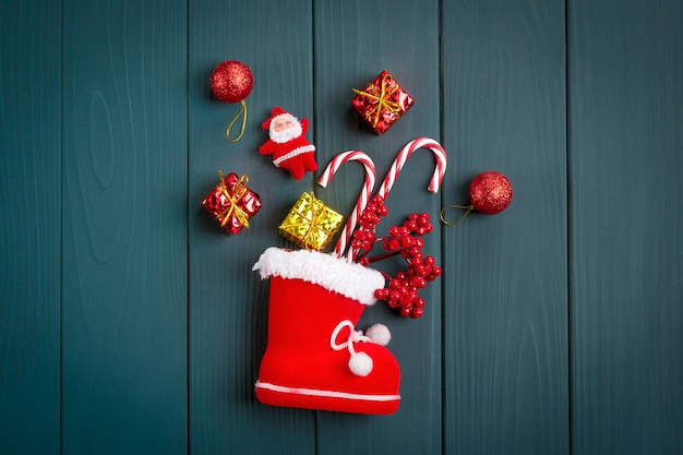 Brinquedos de natal - veado, bolas, caixa de presente, montanha de cinzas, pirulito, árvore na mesa de madeira cinza escura feliz ano novo conceito
