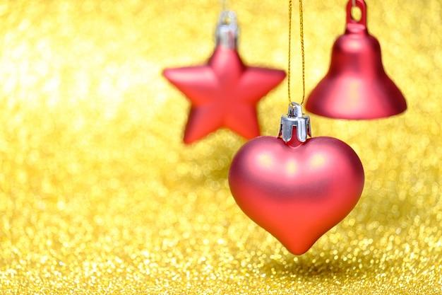 Brinquedos de natal vermelho sobre fundo de brilho