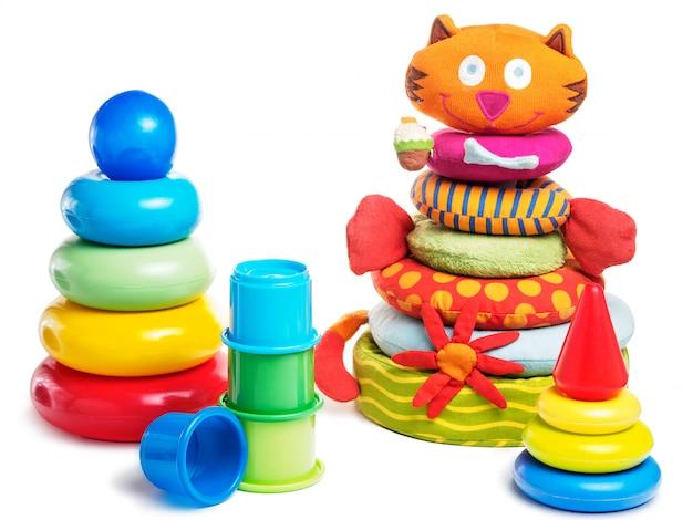 Brinquedos de pirâmide de bebê diferentes isolados