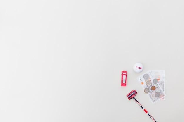 Brinquedos de plástico com moedas e bola de golfe