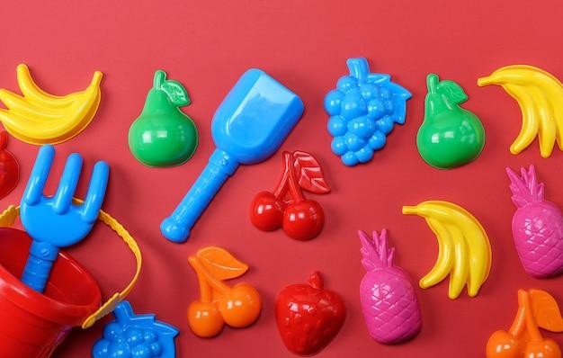 Brinquedos de plástico para crianças em forma de frutas e um balde