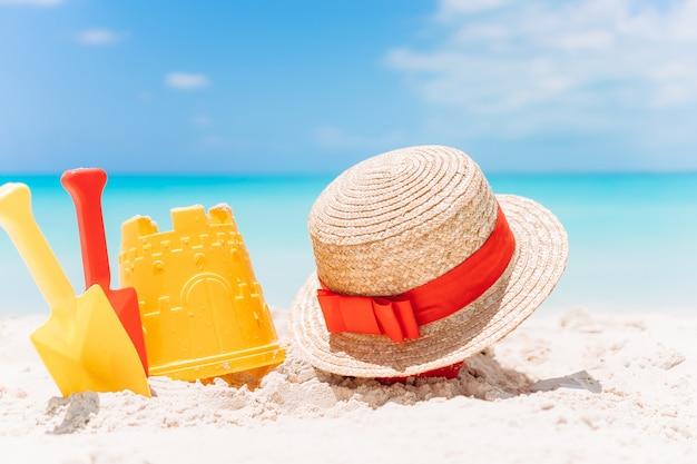 Brinquedos de praia da criança na praia de areia branca