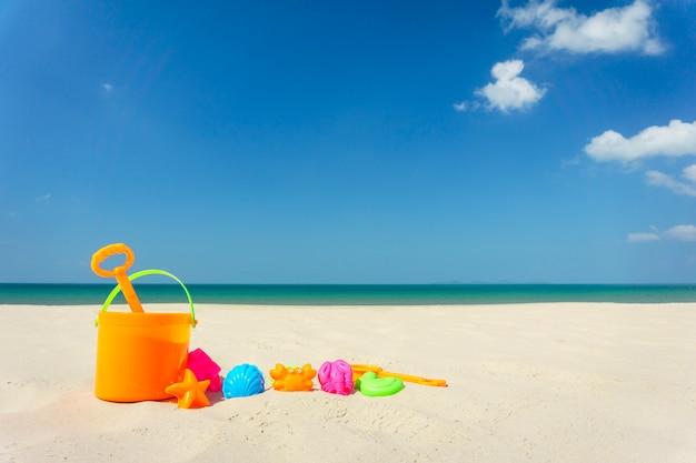 Brinquedos de praia infantil na areia em um dia ensolarado