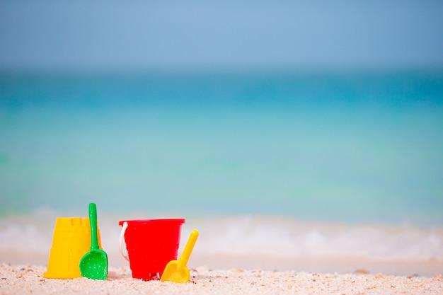 Brinquedos de praia infantil no mar turquesa