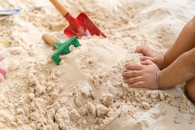 Brinquedos de praia na areia no verão.