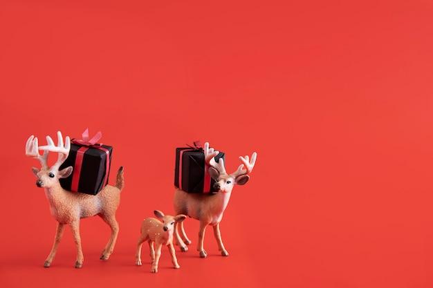 Brinquedos de rena com caixas de presente