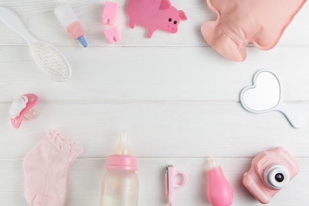 Brinquedos e chupeta em um fundo branco