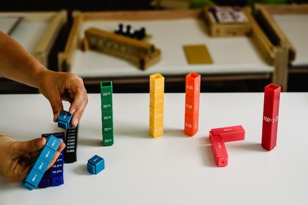 Brinquedos e materiais montessori em uma sala de aula de uma escola para crianças